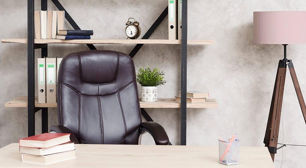 Bóle pleców często są wywołane przez źle dobrane krzesło i biurko