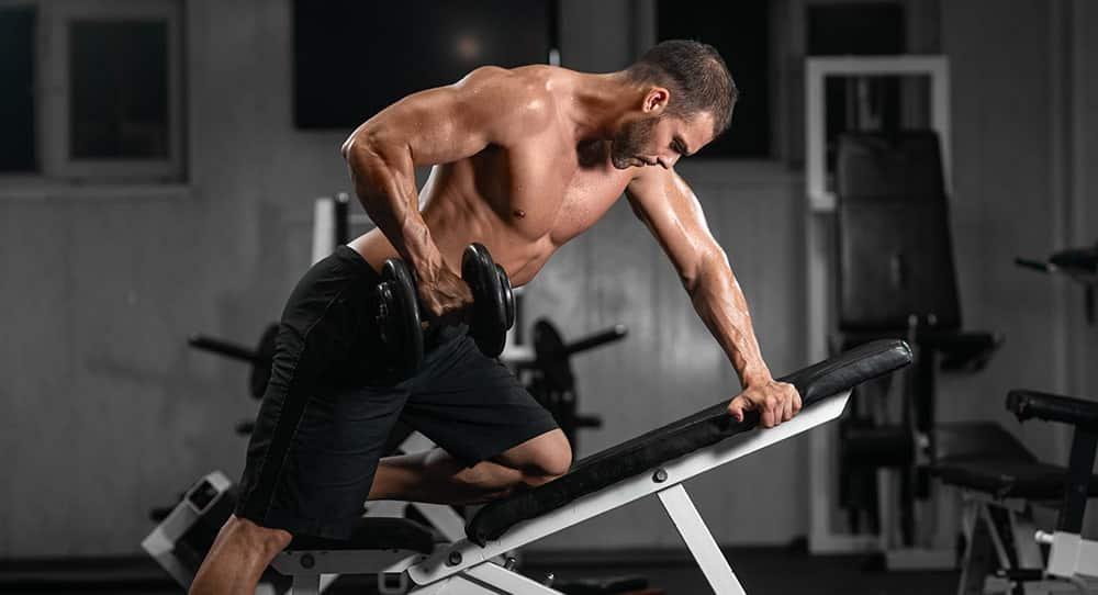 Wiosłowanie znakomicie wzmacnia mięśnie środka pleców